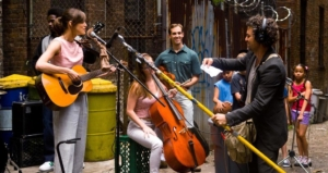 映画『はじまりのうた』無料視聴・ネタバレ感想解説!イヤホンで音楽を聴きながら街を歩く